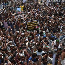 Partidarios del partido Tehreek-e-Labbaik Pakistan (TLP) gritan consignas durante una protesta después de que su líder fuera detenido luego de sus llamados a la expulsión del embajador francés, en Lahore. | Foto:AFP