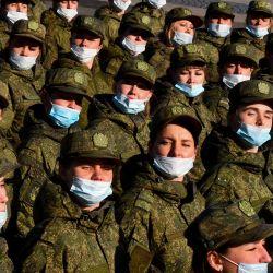Las militares rusas participan en un ensayo para el desfile militar del Día de la Victoria en la plaza Dvortsovaya en San Petersburgo. - Rusia celebrará el 76 aniversario de la victoria de 1945 sobre la Alemania nazi. | Foto:Olga Maltseva / AFP