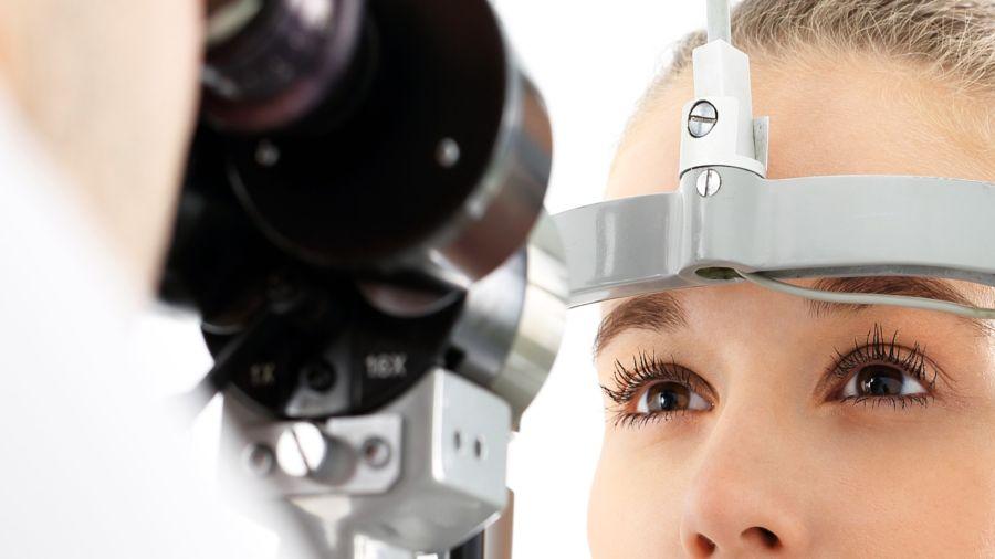 Si el glaucoma es detectado a tiempo, hay tratamientos con fármacos y quirúrgicos que evitan la progresión de la enfermedad y posterior pérdida de visión.
