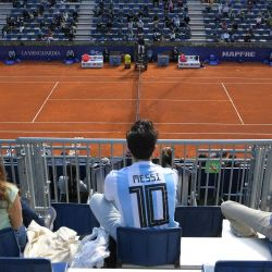 Un espectador con una camiseta de fútbol del delantero argentino Lionel Messi asiste al partido de individuales del torneo ATP Barcelona Open de tenis entre el japonés Kei Nishikori y el argentino Guido Pella en el Real Club de Tenis de Barcelona.   Foto:Lluis Gene / AFP
