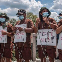 Tailandia, Bangkok: manifestantes vestidos como prisioneros participan en una manifestación frente a la Casa de Gobierno en Bangkok para exigir la liberación de los activistas a favor de la democracia detenidos que fueron acusados por la ley de lesa majestad.   Foto:Peerapon Boonyakiat / SOPA Imágenes a través de ZUMA Wire / DPA