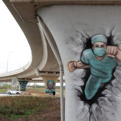 La Municipalidad Metropolitana de Ankara ha utilizado grafitis para simbolizar el trabajo y la dedicación de los trabajadores de la salud durante la pandemia de Covid-19 en la región del Hospital Municipal de Ankara.   Foto:Adem Altan / AFP