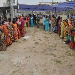Los votantes hacen cola para emitir sus votos durante la sexta fase de las elecciones a la asamblea legislativa en Chopra, en el distrito de Dinajpur. | Foto:Diptendu Dutta / AFP
