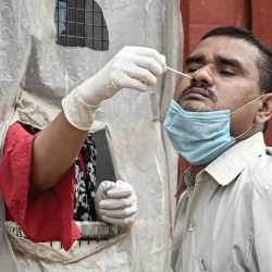 India, Prayagraj: un trabajador de la salud toma una muestra de un hisopo de un hombre para la prueba de PCR del coronavirus (Covid-19). | Foto:Prabhat Kumar Verma / ZUMA Wire / DPA