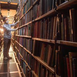 Chung Hoon, organiza los libros en las estanterías traseras de la Biblioteca de Londres en St James Square, mientras el gobierno alivia las restricciones actuales contra el coronavirus. | Foto:Dominic Lipinski / PA Wire / DPA
