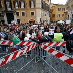 Italia, Roma: la gente se reúne frente al Palacio de Montecitori para participar en una protesta contra la obligación de vacunarse contra el coronavirus. | Foto:Cecilia Fabiano / LaPresse vía ZUMA Press / DPA