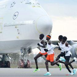 Los corredores pasan corriendo junto a un avión en la pista del aeropuerto de Enschede durante la NN Mission Marathon. | Foto:Eric Brinkhorst / ANP / DPA