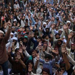 Simpatizantes del partido Tehreek-e-Labbaik Pakistan gritan consignas mientras bloquean una calle durante una protesta después de que su líder fuera detenido luego de sus llamados a la expulsión del embajador francés, en Lahore. | Foto:AFP