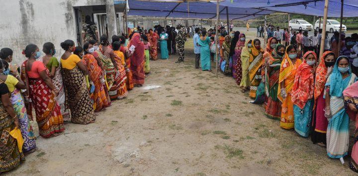 Los votantes hacen cola para emitir sus votos durante la sexta fase de las elecciones a la asamblea legislativa en Chopra, en el distrito de Dinajpur.