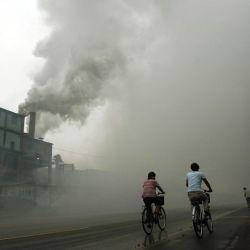 Las ciudades cercanas a las fábricas están tapadas por las nubes de contaminación.