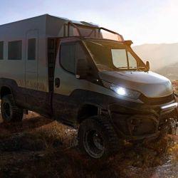 Este camper de estética robusta está montado Iveco Daily en su configuración de chasis-cabina.