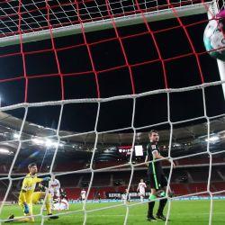 Wolfsburg's Gerhardt (no en la foto) anota el tercer gol de su equipo durante el partido de fútbol de la Bundesliga alemana entre el VfB Stuttgart y el VfL Wolfsburg en el Mercedes-Benz Arena. | Foto:Tom Weller / DPA
