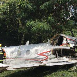 Imagen que muestra a los bomberos junto a un jet privado después de que se estrellara durante los procedimientos de aterrizaje en el aeropuerto de Pampulha, en Belo Horizonte, estado de Minas Gerais, Brasil. | Foto:Departamento de Bomberos de Minas Gerais / AFP