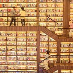 Esta foto muestra a personas mirando libros en una biblioteca en Shaoyang, en la provincia central china de Hunan. | Foto:STR / AFP