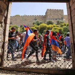 Los armenios llevan banderas nacionales durante una marcha para conmemorar el aniversario de la masacre de armenios en 1915 por parte del Imperio Otomano durante la Primera Guerra Mundial, en Jerusalén. | Foto:Emmanuel Dunand / AFP