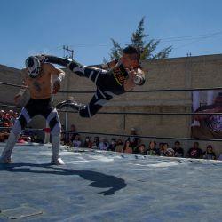 Luchadores mexicanos participan en el salón de la fama clandestino del patio trasero, montado por el organizador de lucha extrema Zona 23, que rinde homenaje al luchador Israel Montiel León,  | Foto:Claudio Cruz / AFP