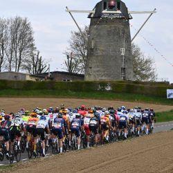 Países Bajos: la manada participa en la élite masculina Amstel Gold Race, una carrera ciclista de un día, a 218,36 km de Valkenburg a Berg en Terblijt. | Foto:Eric Lalmand / BELGA / DPA