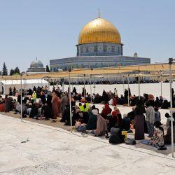 Los palestinos se reúnen durante las oraciones del segundo viernes del mes de ayuno musulmán del Ramadán, fuera de la Cúpula de la Roca en el complejo de la Mezquita Al-Aqsa, el tercer lugar más sagrado del Islam, en la Ciudad Vieja de Jerusalén. | Foto:Ahmad Gharabli / AFP