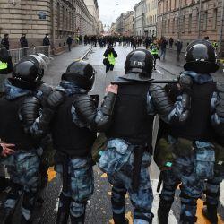 Agentes de la policía antidisturbios rusos bloquean una calle durante una manifestación en apoyo del crítico del Kremlin encarcelado Alexei Navalny, en el centro de San Petersburgo. | Foto:Olga Maltseva / AFP