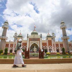 Un musulmán pasa frente a la mezquita central de Pattani durante el mes sagrado islámico del Ramadán en la provincia de Pattani, en el sur de Tailandia. | Foto:Tuwaedaniya Meringing / AFP