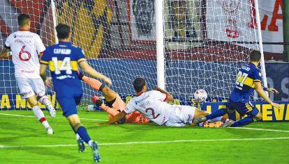 El primero. Soldano empuja la pelota para marcar el 1-0 en Parque de los Patricios.