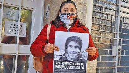 Reclamo. Cristina Castro exige la detención de los policías.