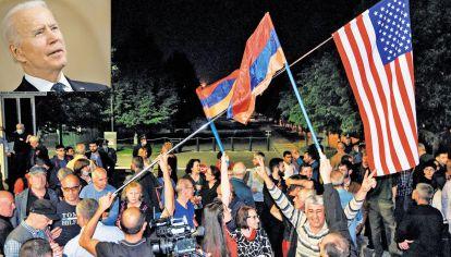 Festejos. Personas saludan la decisión de Biden en las calles de Erevan, la capital. El país aún sufre tras la guerra con Azerbaiyán del año pasado, en la que murieron casi 5000 armenios.