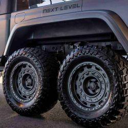 Next Level también se ha encargado de agregar amortiguadores Fox en las seis ruedas.