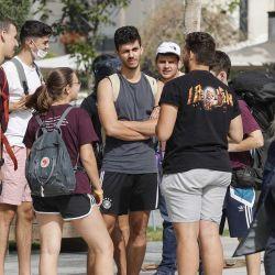 Los jóvenes se reúnen en una calle de la ciudad costera israelí de Tel Aviv el 18 de abril de 2021, después de que las autoridades anunciaran que ya no se necesitaban máscaras faciales para prevenir el COVID-19 en el exterior. – | Foto:AFP