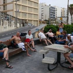 La gente charla en la ciudad costera israelí de Tel Aviv el 19 de abril de 2021, después de que las autoridades anunciaran que ya no se necesitaban máscaras faciales para la prevención del COVID-19 en el exterior. - Con más de la mitad de la población completamente vacunada en una de las campañas de inoculación de COVID-19 más rápidas del mundo, el número de casos de coronavirus en Israel se redujo de unas 10.000 nuevas infecciones por día a mediados de enero a unos 200 casos por día, lo que provocó un anuncio del Departamento de Salud el 15 de abril de que las mascarillas ya no son obligatorias al aire libre. (Foto por menahem kahana / AFP | Foto:AFP
