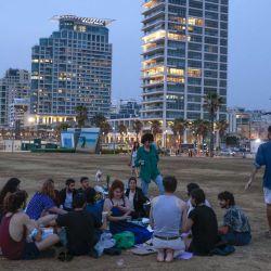 La gente se relaja en la playa de la ciudad costera israelí de Tel Aviv, después de que las autoridades anunciaran que ya no se necesitaban máscaras faciales para prevenir el COVID-19 en el exterior. | Foto:AFP