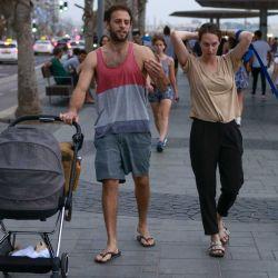 Una familia camina por el paseo marítimo de la ciudad costera israelí de Tel Aviv, después de que las autoridades anunciaran que ya no se necesitaban máscaras faciales para prevenir el COVID-19 en el exterior. | Foto:AFP