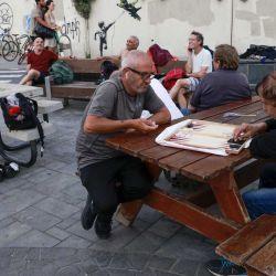La gente se relaja en la ciudad costera israelí de Tel Aviv, después de que las autoridades anunciaran que las mascarillas para la prevención del COVID-19 ya no eran necesarias en el exterior. – | Foto:AFP