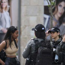 Los oficiales de seguridad israelíes hablan con las mujeres en una calle de Jerusalén, después de que las autoridades israelíes anunciaran que las máscaras faciales para la prevención del COVID-19 ya no eran necesarias al aire libre. - Con más de la mitad de la población completamente vacunada en una de las campañas de inoculación anti-COVID19 más rápidas del mundo, el número de casos de coronavirus en Israel se redujo de unas 10,000 nuevas infecciones por día a mediados de enero a alrededor de 200 casos por día, lo que provocó un anuncio del Ministerio de Salud el 15 de abril que las mascarillas faciales ya no son obligatorias al aire libre. (Foto por menahem kahana / AFP) | Foto:AFP