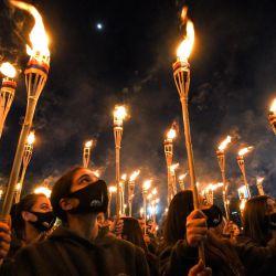 Los armenios participan en una procesión con antorchas en Ereván, para conmemorar el 106 aniversario de las matanzas masivas de la Primera Guerra Mundial. | Foto:Karen Minasyan / AFP