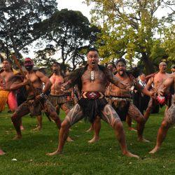 Los maoríes de Nueva Zelanda realizan un haka en un servicio del Día de Anzac en Redfern Oval en Sydney. La gente de las Primeras Naciones de Australia y los maoríes de Nueva Zelanda realizaron juntos un Haka. | Foto:AAP / Mick Tsikas / DPA