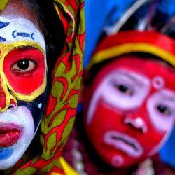 India, Bardhaman: los niños pequeños posan con la cara pintada como parte del arte de su acto de suplantación sobre el tema de las diferentes culturas tribales. Los artistas imitadores pueden metamorfosearse fácilmente en diferentes personajes de mitos tradicionales y tribales durante una actuación de pintura facial, que es la principal fuente de ingresos para su familia. | Foto:Avishek Das / SOPA Imágenes a través de ZUMA Wire / DPA