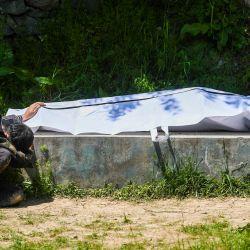 Umar Farooq llora junto al cuerpo de su madre, quien murió de coronavirus Covid-19, antes de su entierro en un cementerio en Srinagar. | Foto:Tauseef Mustafa / AFP