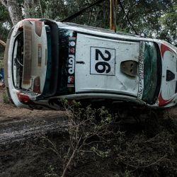 En la foto se ve a Hussein Malik de Kenia mientras su auto es rescatado de una zanja durante el Campeonato Africano de Rallyes (AIC) Equator Rally Kenia en Soysambu Conservancy en Nakuru, antes de albergar el Campeonato Mundial de Rallyes (WRC) programado en junio como Safari Rally después de 19 años de suspensión. | Foto:Yasuyoshi Chiba / AFP