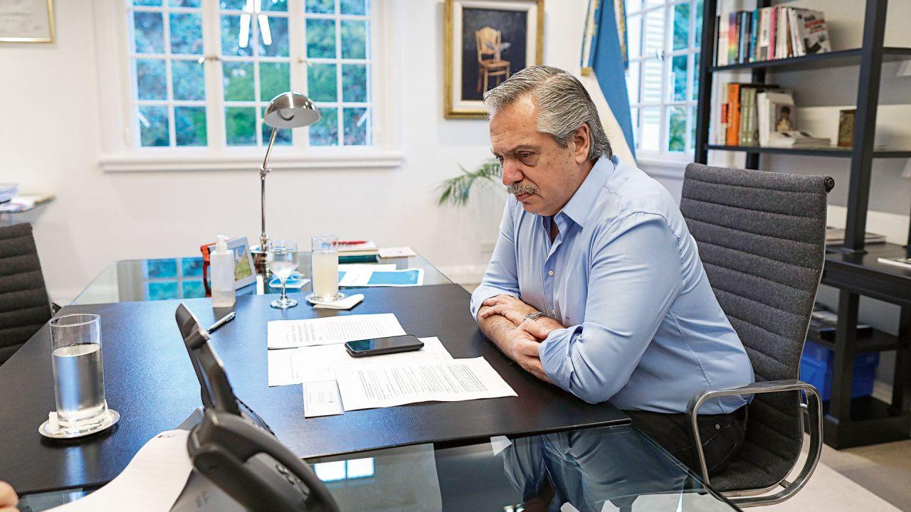 Alberto Fernández en su despacho de Olivos. | Foto:Cedoc.