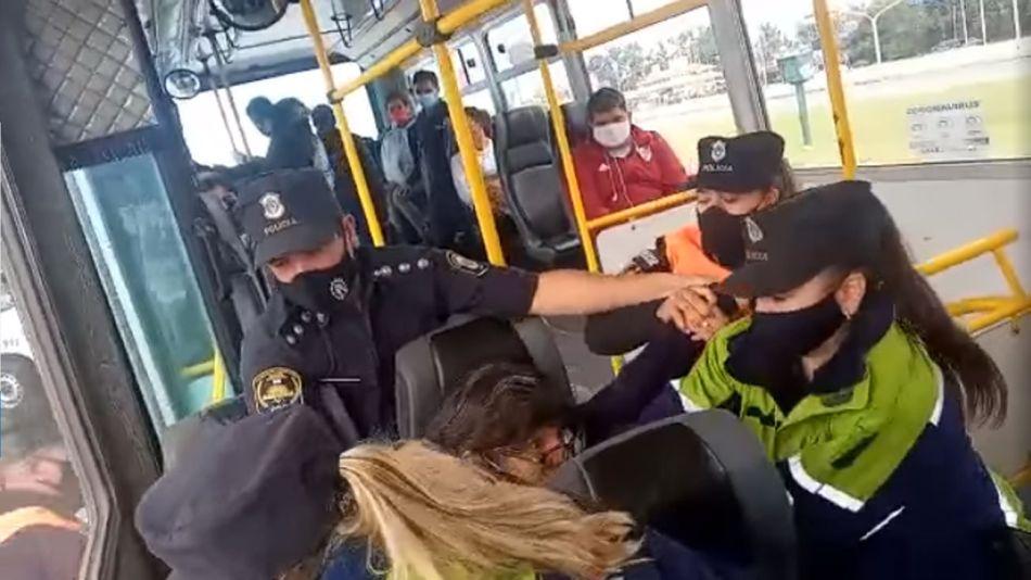 Bajan a una mujer del colectivo a la fuerza porque no tenía permiso para viajar 20210426