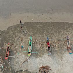Esta fotografía aérea muestra barcos de pesca en la playa de Jakat en Bengkulu. | Foto:Adek Berry / AFP
