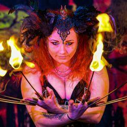La intérprete de la compañía de gira Circus of Horrors, Anastasia IV, participa en una sesión de entrenamiento y ensayo en preparación para el regreso de las presentaciones en vivo. | Foto:Ben Birchall / PA Wire / DPA
