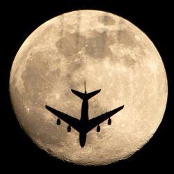 En la foto se ve un avión contra la casi llena  | Foto:Hussein Faleh / AFP