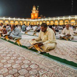 Los adoradores musulmanes chiítas leyeron el Sagrado Corán en la Gran Mezquita de Kufa, cerca de la ciudad santuario central de Nayaf, a unos 160 kilómetros al sur de la capital de Irak, durante el mes sagrado musulmán del Ramadán. | Foto:Ali Najafi / AFP