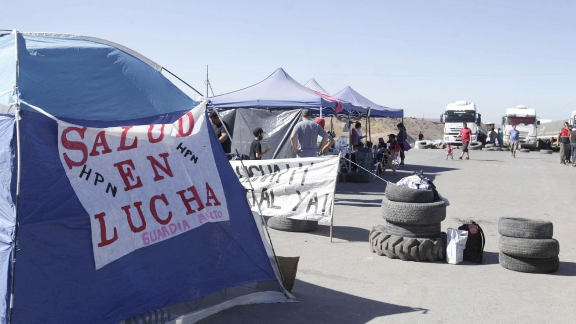 Protesting healthcare workers have blocked roads in Neuquén Province.