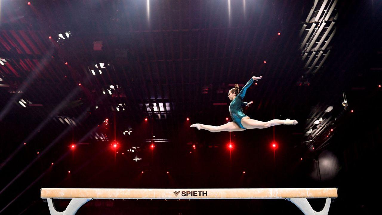 La ucraniana Anastasiia Bachynska compite en la final de aparatos de viga femenino del Campeonato de Europa de Gimnasia Artística de 2021 en St Jakobshalle, en Basilea. | Foto:Fabrice Coffrini / AFP