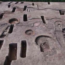 Los arqueólogos también encontraron un ataúd de cerámica dentro de un cementerio para un niño.