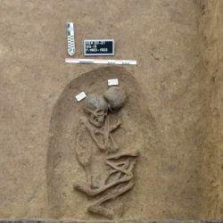 Varios de los sepulcros contienen restos humanos de adultos y niños en su interior
