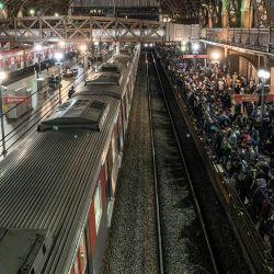 La gente se agolpa en una plataforma en la estación de Luz, en medio del brote de coronavirus (COVID-19). | Foto:Leco Viana / TheNEWS2 a través de ZUMA Wire / DPA
